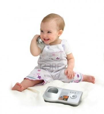 5905416-il-bambino-piccolo-con-telefono-su-uno-sfondo-bianco